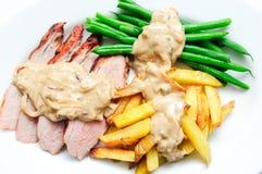 Piec na grillu wieprzowiny tenderloin z francuskimi dłoniakami Fotografia Royalty Free