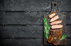 Piec na grillu wołowina stki z pikantność i ziele obrazy stock
