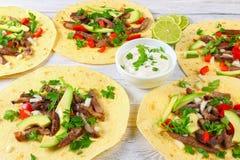 Piec na grillu wołowina jęzor słuzyć w tacos zdjęcia royalty free