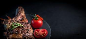 Piec na grillu wołowina stek na kości z pomidorami obrazy royalty free