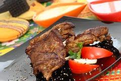 Piec na grillu wołowina stek z pomidorami i mozzarellą. obrazy stock