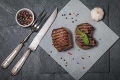 Piec na grillu wołowina stku zakończenie up na papierze fotografia stock
