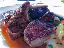 Piec na grillu wołowina, wieprzowina kotlecik i jagnięcego kotlecika stek, Obrazy Royalty Free