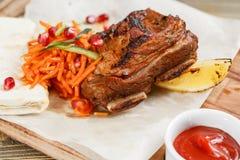 Piec na grillu wołowina ziobro Słuzyć na drewnianej desce na nieociosanym stole Grill restauraci menu, serie fotografie Zdjęcie Royalty Free