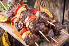 Piec na grillu wołowiny shishkabab skewers obraz stock