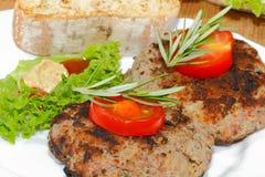 Piec na grillu wołowina paszteciki, korzenni kumberlandy, talerze Obraz Stock