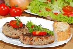 Piec na grillu wołowina paszteciki, korzenni kumberlandy, talerze Obrazy Royalty Free