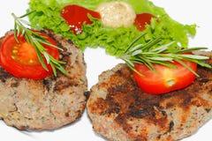 Piec na grillu wołowina paszteciki, korzenni kumberlandy, talerze Fotografia Royalty Free