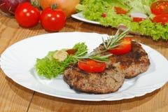 Piec na grillu wołowina paszteciki, korzenni kumberlandy, talerze Obrazy Stock