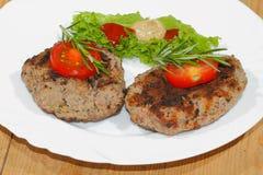 Piec na grillu wołowina paszteciki, korzenni kumberlandy, talerze Zdjęcie Stock