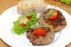 Piec na grillu wołowina paszteciki, korzenni kumberlandy, talerze Fotografia Stock