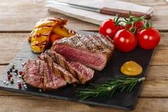 Piec na grillu wołowina stek rzadki Obrazy Stock