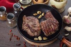 Piec na grillu ziobro oka stku skład na grilla żelaza niecce na drewnianym tle Zdjęcie Royalty Free