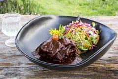 Piec na grillu ziobro oka wołowiny stek z jarzynową sałatką w czarnym pucharze Obrazy Stock