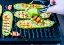 Piec na grillu zucchini na grilla zakończeniu Fotografia Royalty Free