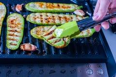 Piec na grillu zucchini na grilla zakończeniu Fotografia Stock