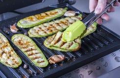 Piec na grillu zucchini na grilla zakończeniu Obrazy Royalty Free