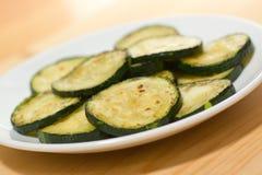 Piec na grillu zucchini na talerzu Zdjęcia Royalty Free