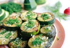 Piec na grillu zucchini z czosnkiem i ziele Obraz Royalty Free