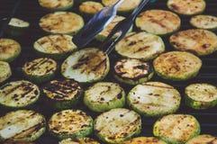 Piec na grillu zucchini z dodatkiem macierzanka, cytryna zapał i czosnek, Zdjęcie Royalty Free