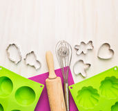 Piec narzędzia z tortową lejnią na białym drewnianym tle i Fotografia Royalty Free