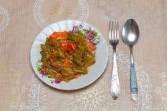 Piec oberżyna faszerował naczynie na stole i rozwidla Azerbejdżańskiego naczynie, łyżka zdjęcie stock