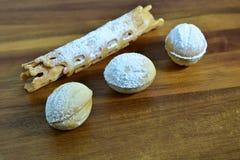 Piec orzechów włoskich ciastka z smakami na drewnianym półkowym tle Przestrzeń dla teksta Przestrzeń dla loga Krajobrazowa orient zdjęcie stock