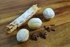 Piec orzechów włoskich ciastka z smakami na drewnianym półkowym tle Przestrzeń dla teksta Przestrzeń dla loga Krajobrazowa orient obraz royalty free
