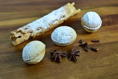Piec orzechów włoskich ciastka z smakami na drewnianym półkowym tle Przestrzeń dla teksta Przestrzeń dla loga Krajobrazowa orient obraz stock