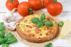 Piec płaski chleb z pomidorami, serem, czosnkiem i basilem, zdjęcia stock
