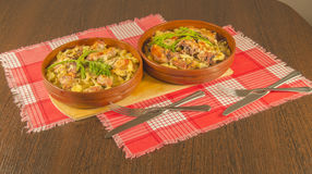 piec pieczone grule z mięsem w glinianym pucharze Zdjęcie Stock