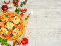 Piec pizza z składnikami na Odbitkowym Astronautycznym terenie Obraz Stock