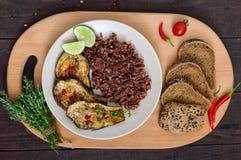 Piec plasterki oberżyna, butanów czerwoni ryż z żyto chlebem z ziarnami, sezamowymi i makowymi obrazy royalty free