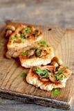 Piec pokrajać Turcja polędwicowego z serem, agaricus i pietruszką na, tnącej desce i starym drewnianym stole zbliżenie Obrazy Stock