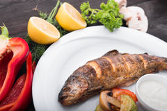 Piec ryba z cytryną i piec na grillu warzywami Zdjęcie Royalty Free