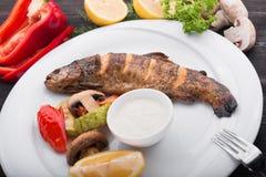 Piec ryba z cytryną i piec na grillu warzywami Fotografia Stock