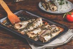 Piec rybi ścierwa na wypiekowym prześcieradle obraz stock