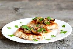 Piec Turcja polędwicowy z serem i agaricus na talerzu i na starym drewnianym tle zbliżenie Obraz Royalty Free