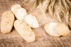 Piec ucho banatka na drewnianej desce i chleb Zdjęcie Royalty Free