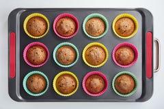Piec w piekarników muffins Zdjęcia Stock