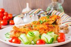 Piec w pikantność indyczy skrzydło, ogórków plasterki i czereśniowy pomidor, Obraz Royalty Free