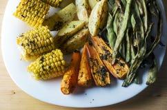 Piec warzywa fasolki szparagowe, marchewki, kukurudza i grule -, fotografia stock