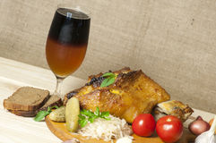 Piec wieprzowiny noga słuzyć z sauerkraut i pokrojonym piwem Obraz Royalty Free