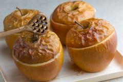 Piec wyśmienicie jabłka z granola Zdrowa łasowanie opcja zdjęcia stock