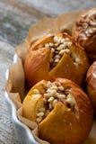 Piec wyśmienicie jabłka z granola Zdrowa łasowanie opcja zdjęcie royalty free
