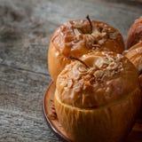 Piec wyśmienicie jabłka z granola Zdrowa łasowanie opcja obrazy stock
