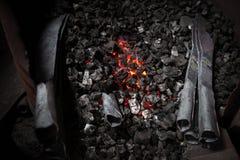 Piec z węglem drzewnym i knifes Zdjęcia Royalty Free