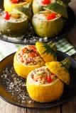 Piec zucchini faszerował z bulgur, mięsem, serem i warzywami, zdjęcie stock