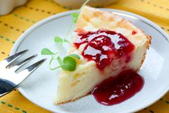 Piece of cheesecake with raspberry jam Royalty Free Stock Images