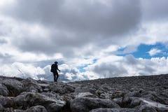 Piechur sylwetka na skały polu na Szkockim Górskim Munro Zdjęcie Royalty Free
